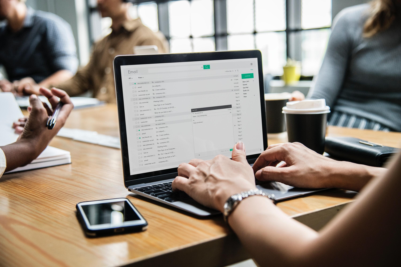 Sähköpostiohjelma tietokoneen näytöllä